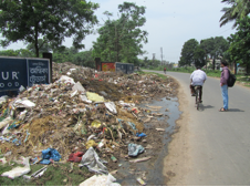 In Barddhaman, problems with solid waste management extend from within urban limits to the management of the municipal dumping ground.  Local residents have protested both formally and informally but no lasting solution to their concerns has resulted. (Photo: N. Cornea, 5 Sept 2013)