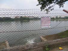 In Navsari, the central urban pond has been re-engineered to become a reservoir for drinking water obtained from a dam on the Tapi river. The municipal sign board warns trespassers from entering the enclosed area. (Photo: A. Zimmer, 16 Oct 2013)